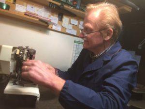 Foto di Valerio che aggiusta una macchina per cucire